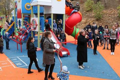 Новую детскую площадку открыли во дворе дома на Томилинской улице в Дзержинском