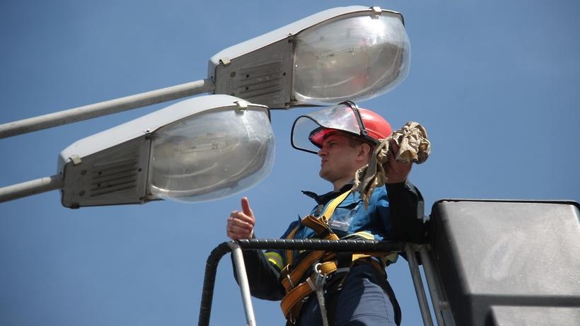 Рабочие установили три опоры уличного освещения на Красногвардейском бульваре Подольска