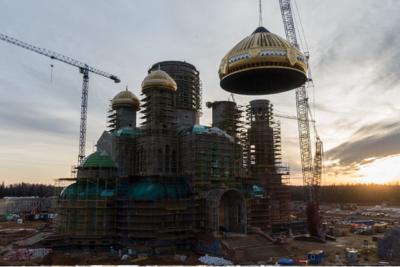 Центральный купол установили на главном храме ВС России