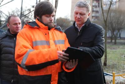 Глава Одинцовского округа проверил качество благоустройства двора в Голицыне