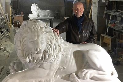 Скульптор из Подольска создал двух мраморных львов для исторического центра Севастополя