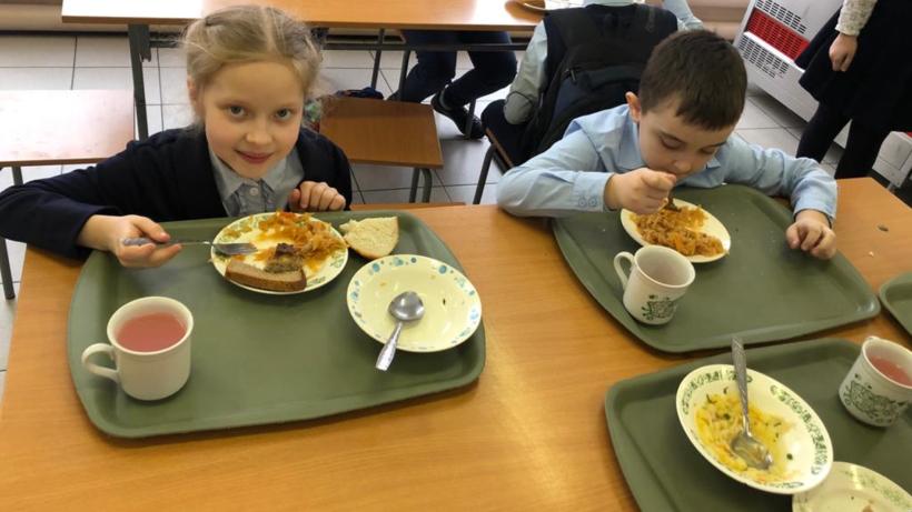 Замглавы администрации Котельников проверила качество питания в школе №2