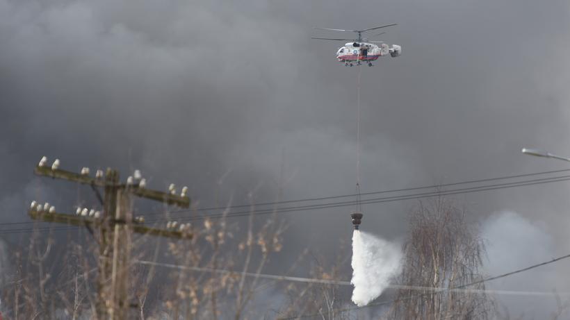 Вертолеты сбросили 30 тонн воды на горящее здание в Дмитрове