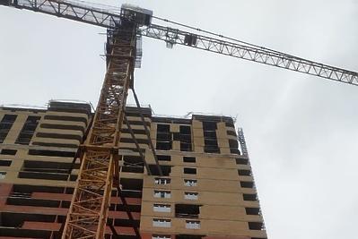 Порядка 70 рабочих достраивают проблемный дом в Котельниках