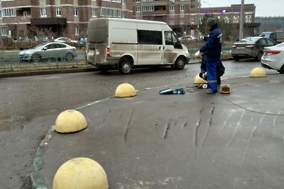 Антипарковочные полусферы укрепили во дворе микрорайона Кузнечики в Подольске