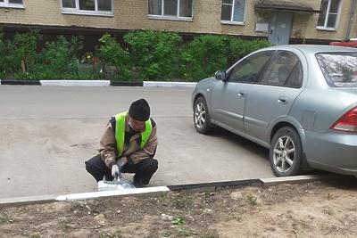 В микрорайоне Львовский Подольска начали менять бордюрные камни на дорогах