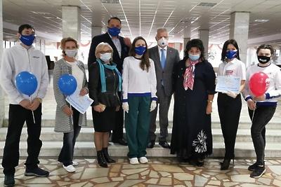 Депутаты Подольска вручили подарки ко Дню защиты детей 12 волонтерам округа