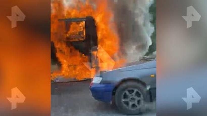 В Сети появилось видео горящего рейсового автобуса в Домодедове