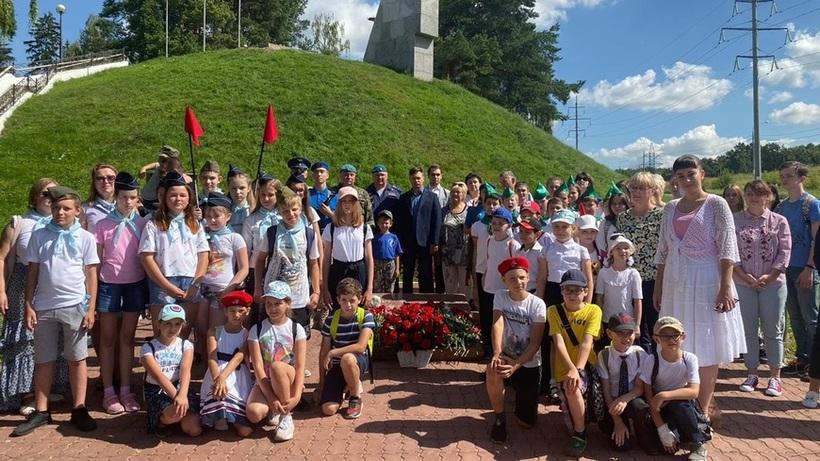 Активисты Подольска возложили цветы к памятнику Талалихину