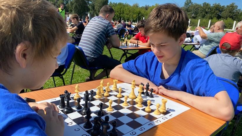 Более 200 спортсменов сыграли в шахматы на стадионе в Люберцах