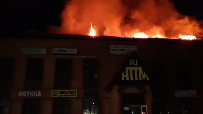 Около 30 человек тушили пожар в офисном здании в Дедовске
