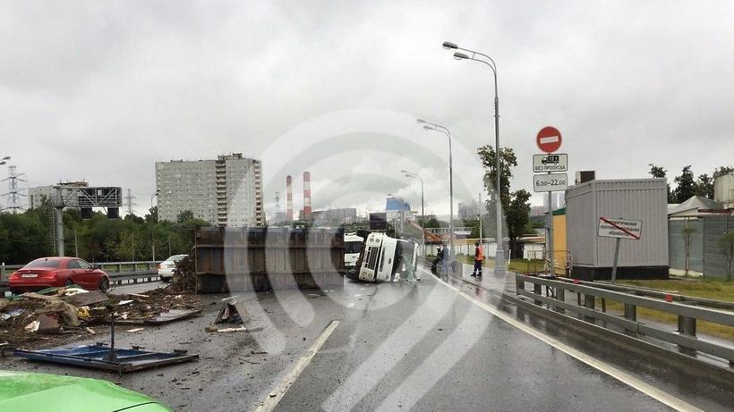 Грузовик перевернулся на западе Москвы