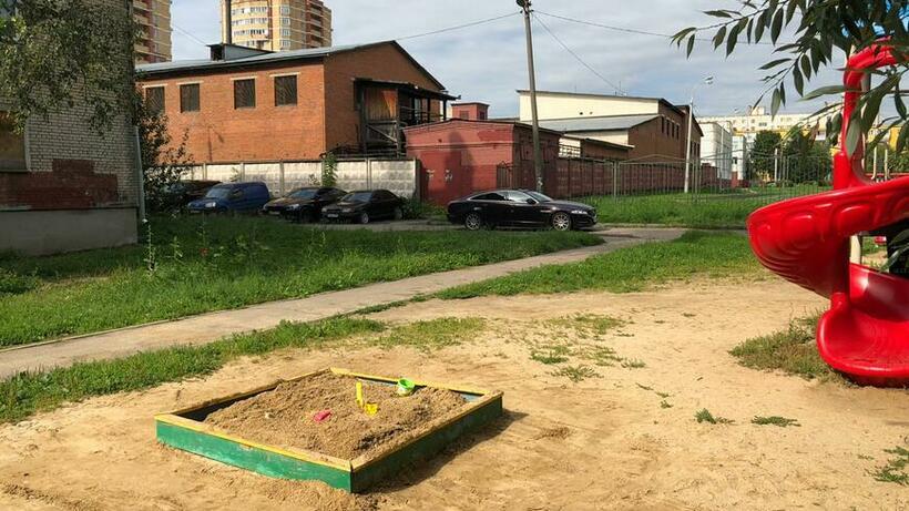 Песок засыпали в песочницу на Быковское улице в Подольске