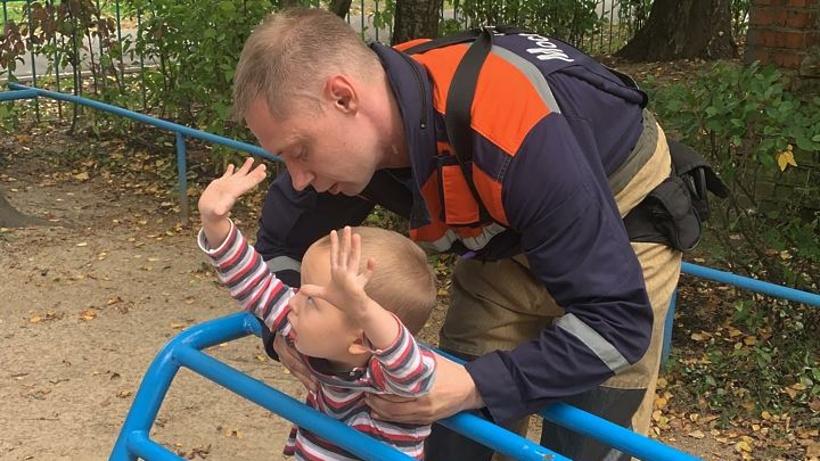 Спасатели Подольска высвободили ребенка из железных перекладин на детской площадке