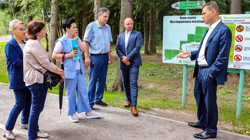 Спортплощадки и тренажеры установят в лесопарке Мытищ в следующем году