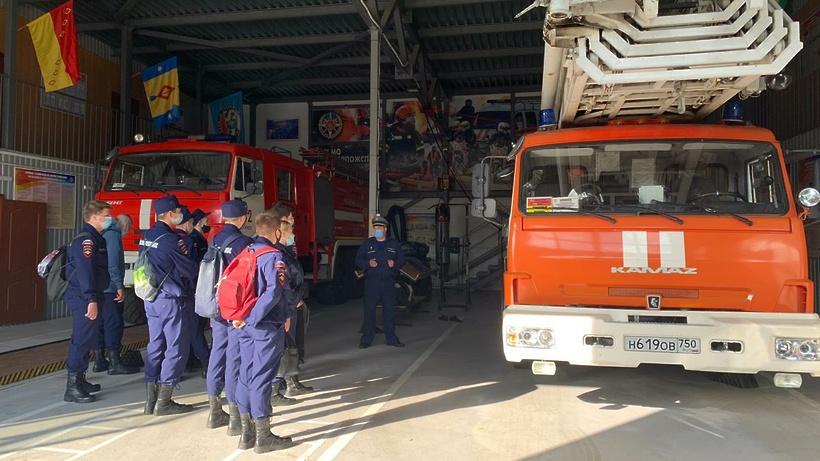 Экипировку пожарных примерили школьники на экскурсии в Балашихе