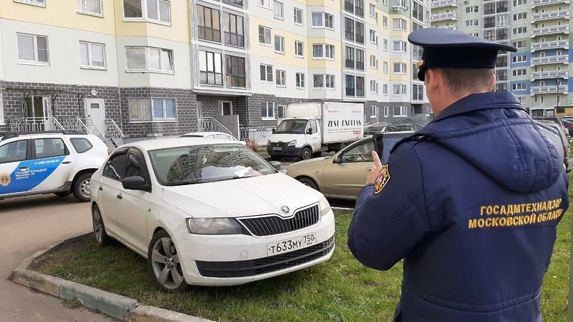 Более 100 попыток парковки на газонах пресекли в Домодедове в октябре
