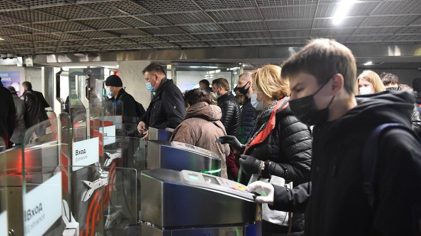 Около 2 тыс человек в пятницу совершили поездки в метро вне утреннего часа пик