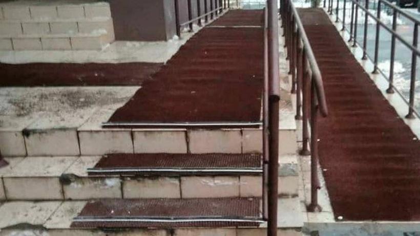 Противоскользящее покрытие пандуса смонтировали у дома в Балашихе