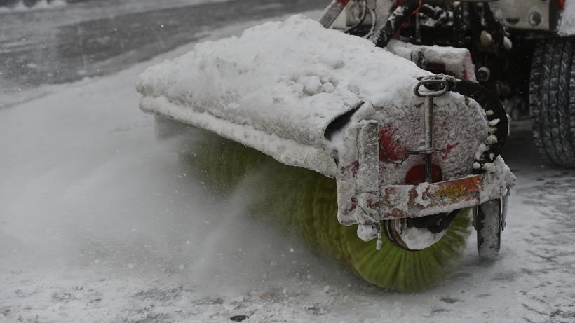 Тающий снег убрали с парковки у поликлиники Красногорска