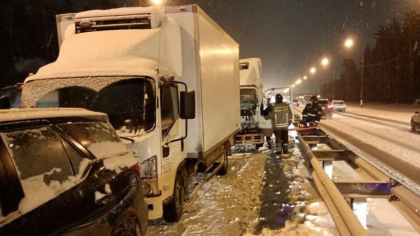 Спасатели деблокировали водителя из кабины грузовика, попавшего в ДТП в Щелкове