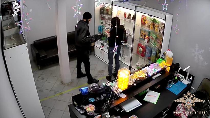 Опубликовано видео ограбления с использованием вешалки в Подмосковье