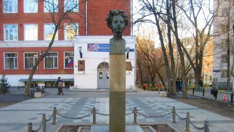 Бюст Пушкина на Бауманской улице в Москве отреставрируют в 2022 г