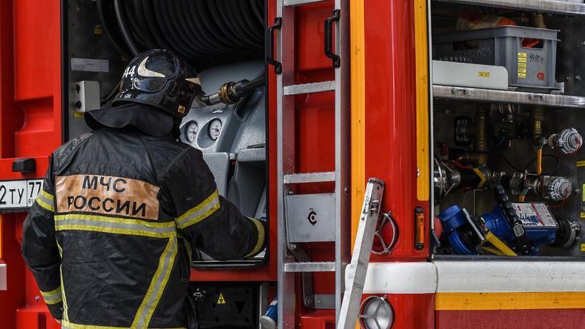 Около 18 человек ликвидируют возгорание на поле у поселка Октябрьский Люберец