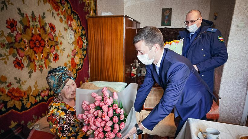 Цветы и пылесос вручили жительнице Балашихи к 100‑летнему юбилею