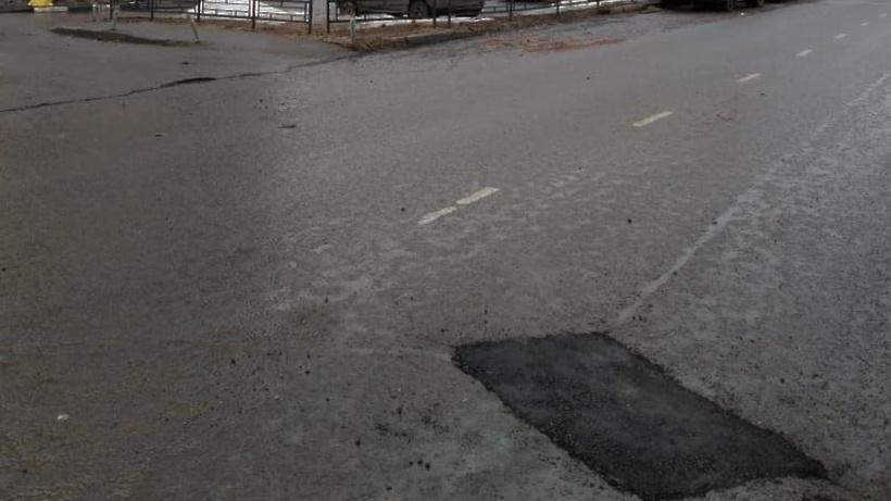 Рабочие заделали яму на Юбилейной улице в Подольске