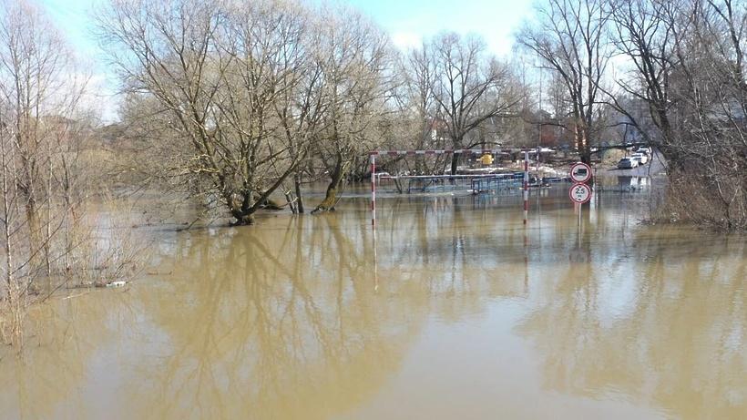 В Домодедове затопило мост через реку Рожайка