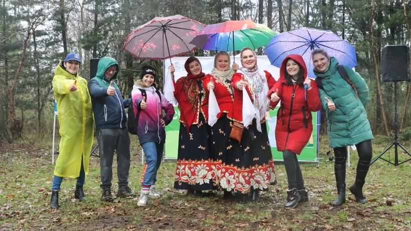 Более 100 человек пришли на субботник в Ивантеевский дендропарк
