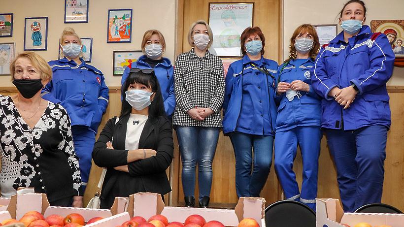 Яблоки передали сотрудникам скорой помощи Мытищ в честь профессионального праздника