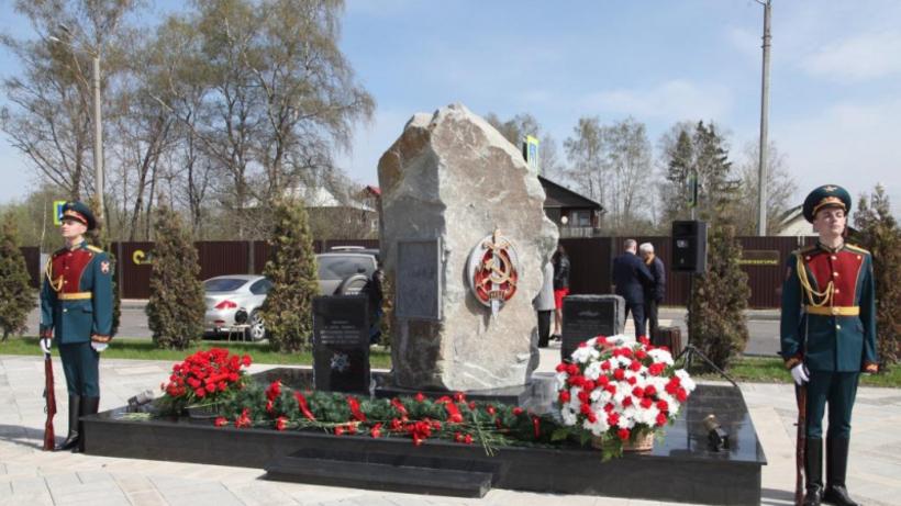 Сотрудники МВД РФ возложили цветы к памятнику полицейским в Подмосковье, погибших в 1941 г