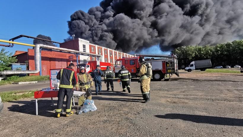 Вертолет МЧС ожидают для тушения пожара на промзоне в Подольске