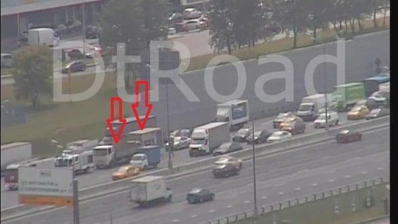 Два грузовика столкнулись на МКАД в районе Щелковского шоссе