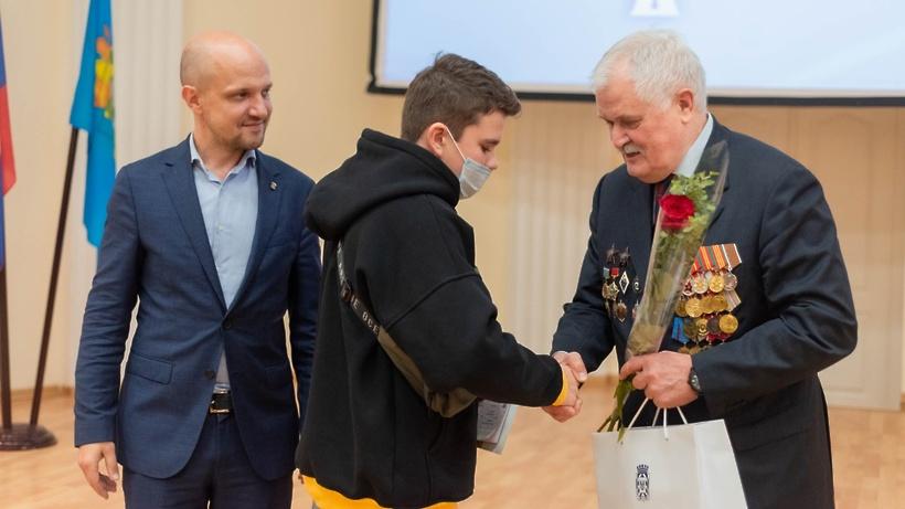 Глава Ленинского округа Дмитрий Абаренов вручил первые паспорта юным жителям
