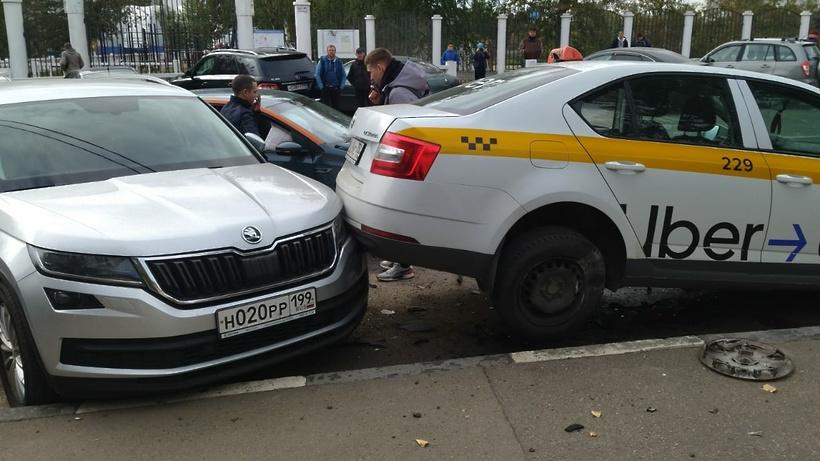 Автомобиль каршеринга врезался в припаркованные автомобили в Дзержинском